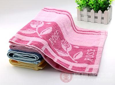 每次洗完脸后会用毛巾擦干脸上的水