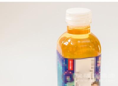 未开封的饮料瓶口长出霉斑 消费者要求赔偿