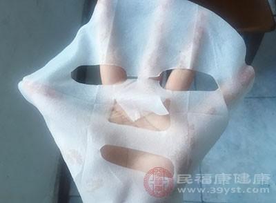 功能性的面膜:如果是补水美白类的面膜,那就不用洗;如果是清洁类的面膜,那就要洗掉