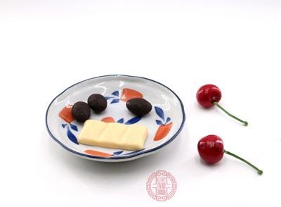 另外糖分多的食物也不能吃太多,同样对于血脂会产生不良的影响