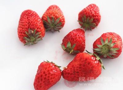 因为草莓中含有胡萝卜素。我们都知道多吃胡萝卜可以明目