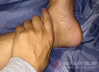 利用右手大拇指指腹从脚踝内侧往外滑推凸起的骨头下缘