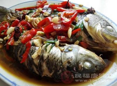 鱼肉可提供大量优质蛋白质。同时,鱼肉中的胆固醇含量很低,在摄入优质蛋白的同时不会带入更多的胆固醇。有研究表明,多吃鲜鱼还有助于预防心血管疾病