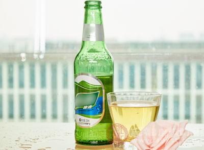 酒精含能量较高,它可阻止体脂的消耗,还降低意志力