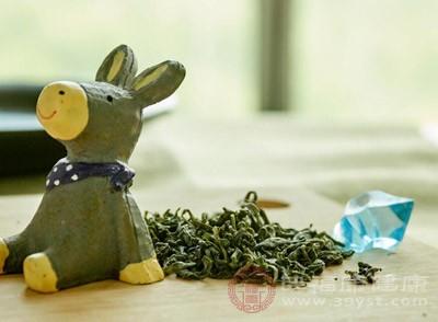 桂花3克,绿茶(或红茶)1克