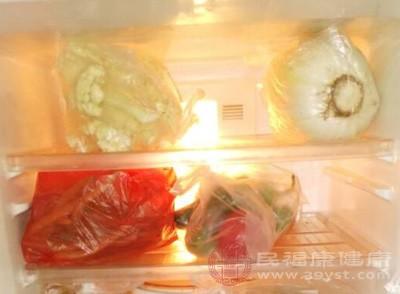 林洁商贸的负责人还表示,他们公司只是替榆林的两个超市向西安鸿琪食品有限公司采购食品,一直没有发现食品的生产日期有问题,因为催要货款的时候,才收到超市才回复有问题
