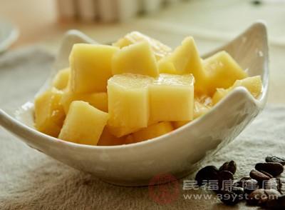 芒果富含蛋白质,是少数富蛋白质的水果,所以芒果吃多了会很容易产生饱的感觉