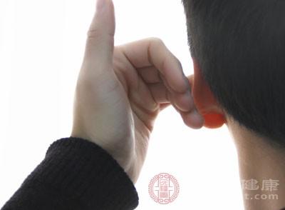 经常用耳勺、火柴棒掏耳朵,容易碰伤耳道,引起感染