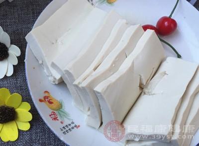 内酯豆腐切大片,摆入盘中,在豆腐片上铺一层剁椒