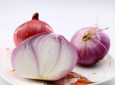 洋葱鳞茎和叶子含有一种称为硫化丙烯的油脂性挥发物,具有辛简辣味,这种物质能抗寒,可以帮助身体发散热量也有杀菌的作用