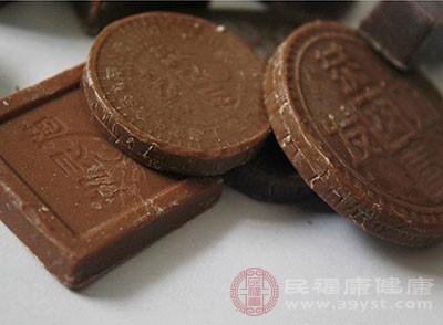 研究发现,巧克力竟能饿死癌细胞,此外,巧克力有多种抗氧化物,比如多酚,如果适当吃一些黑色巧克力,对抗癌是有很大的帮助,越黑效果越好