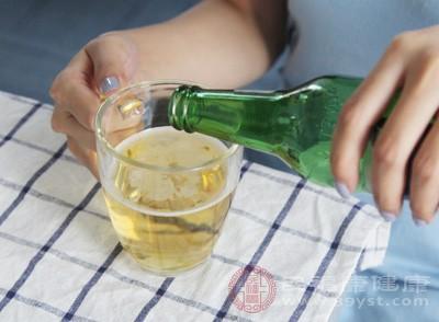 嗜酒,或者由于饮食不节,过多进食辛辣、肥腻等食品,都会引起上火