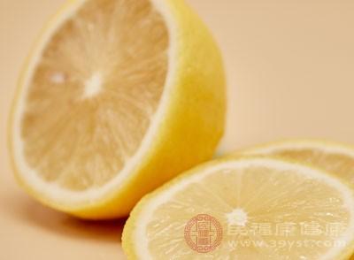 有些人认为柠檬水不能用热水泡,否则会使柠檬中的维生素C受到破坏