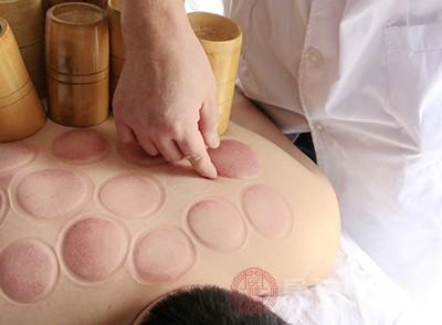 体内的湿毒逐渐的加重了,拔罐的时候毛孔张开,湿气会被拔出,皮肤上就会出现一些水泡