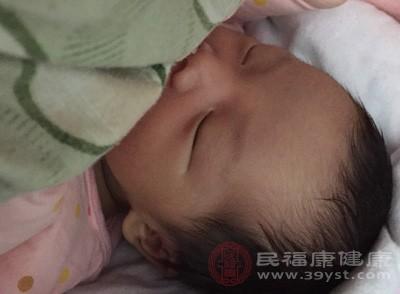 新生儿的胃部是横躺着的,不稳定,哺乳之后容易出现吐奶的现象