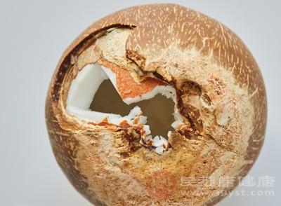 于是专门挑选了一个外表新鲜,形状滚圆的椰子,准备回家慢慢品尝这鲜美的椰汁,享受美妙的时光