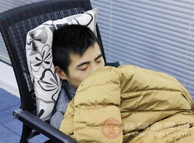 男性睡觉出汗怎么回事 这些原因引起夜间多汗