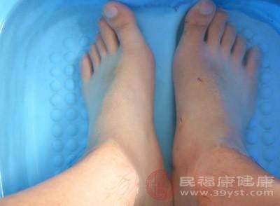 脚后跟干裂起硬皮是什么原因 想改善这样做