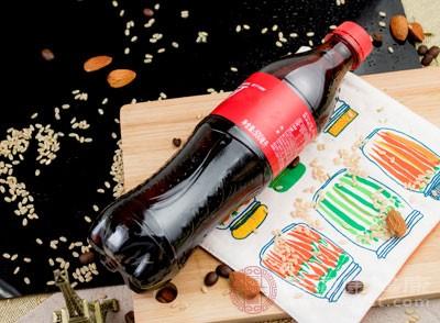 喜欢喝碳酸饮料的人会发现,只要一喝完饮料就会不停打嗝