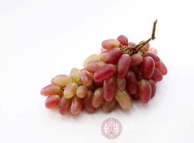 葡萄含糖量高且有些品种的葡萄含有多种发酵糖类物质