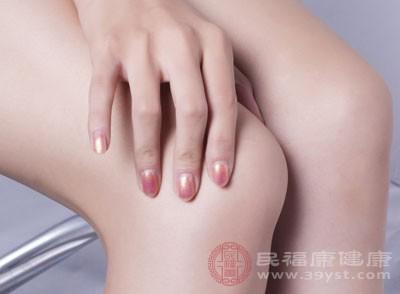关节处的肿胀也是比较明显的一个类风湿的表现