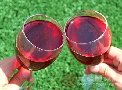 在疲倦时适量饮用红葡萄酒,有助于放松身心