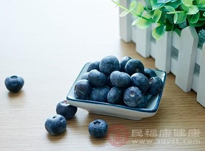 在平時多吃一點藍莓可以幫助我們保護視力