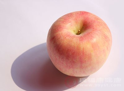 取1个苹果(梨也可以)削成片放至容器内