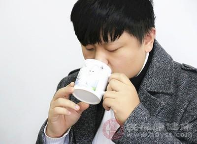 喝水可以有助于排出身体里的毒素
