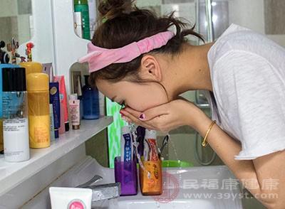 用醋洗脸的好处 这样洗脸能够美白