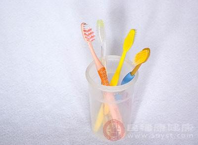 睡前刷牙可以避免细菌滋生过多过快