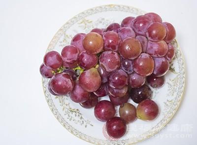 喝酒前吃葡萄不容易醉