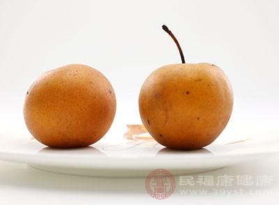 只要把梨子去皮、切块,然后加入冰糖和水煮开即可