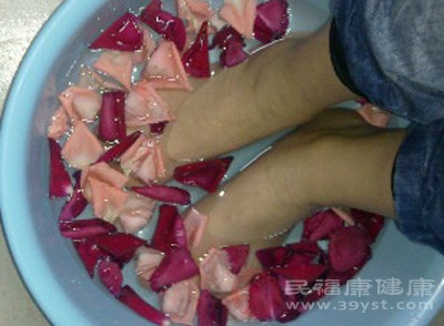 热水洗脚,可反射性地引起呼吸道粘膜内的毛细血管扩张