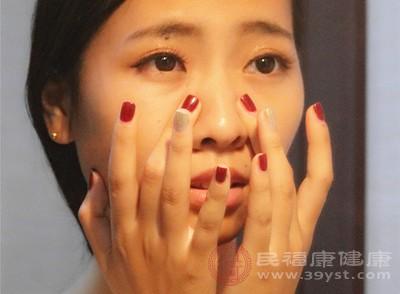 涂抹眼霜的手法非常重要