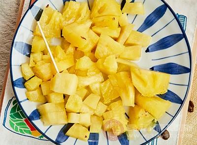 菠萝中含有丰富的维生素C和抗氧化剂
