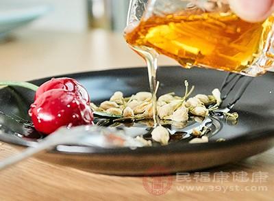 小苏打和蜂蜜一起搅拌