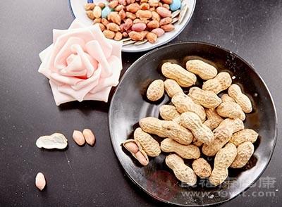 花生中含有亚油酸等等一些不饱和的脂肪酸