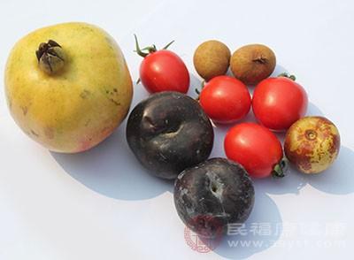 对食用的蔬菜水果,要清洗干净