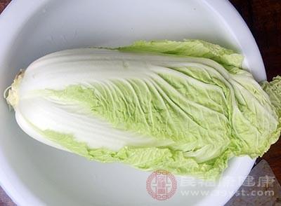材料:大白菜、皮蛋、扇贝丁