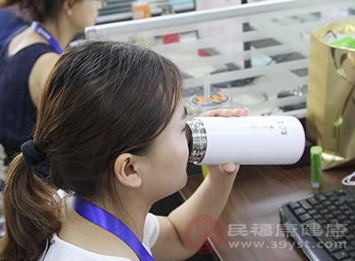 早上的时候可以空腹喝一杯冷开水