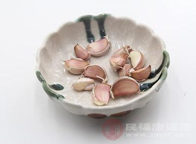 大蒜中含有的大蒜素是一种天然的抗菌素
