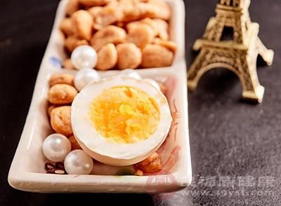 鸡蛋的蛋黄是一种很有营养的食物