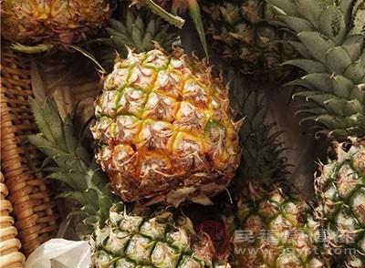 菠萝含有丰富的B族维生素和维生素C