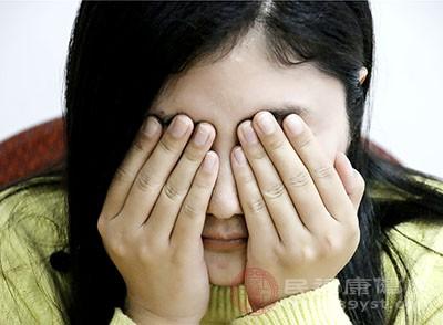 湿气重会导致人失眠,或者是精神颓废,一整天都会感觉到浑浑噩噩的