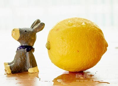 檸檬中含有一種能調節酸堿的食物