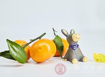 在橘子底部中心用筷子打一个洞,塞一些盐
