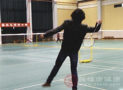 经常打羽毛球能让人的手脚更利落