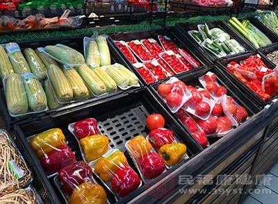 绿叶蔬菜、全谷物、橄榄油和少许红肉