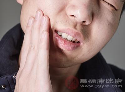 牙与牙的间隙内可被食物嵌塞而引起牙痛